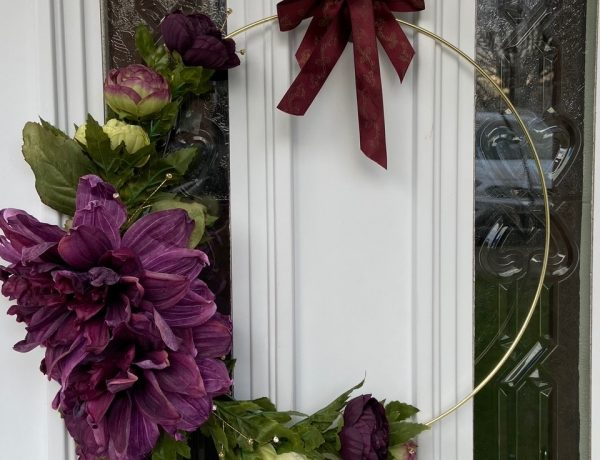 How To Make A Modern Christmas Wreath: A modern asymmetrical take on the traditional Christmas wreath styling different sizes of purple and white faux flowers asymmetrically around a gold hoop. A creative DIY modern wreath idea Christmas decor for you front door. @chloedominik #christmaswreaths #modernchristmaswreath #christmaswreathsdiy #christmaswreathideas #modernchristmaswreathdiy #asymmetricalwreath #asymmetricalchristmaswreath