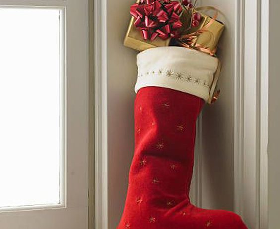 14 Great Stocking Stuffers This Christmas For Women & Men: Some great adult gift ideas to put in some Christmas stockings for you and you loved ones. These presents will make great gifts for men and women and things that will actually get used. @chloedominik #stockingstuffers #stockingstuffersforadults #stockingstufferideas #mensstockingstuffersideas #christmasstockingsideas #christmasstockingsstufferideas